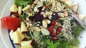 Pónganle a su ensalada un poco de semillas, frutos secos y un poco de fruta picada